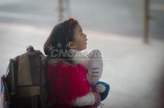 1月21日,贵阳北站,一位小朋友身背行李候车。2016年中国铁路春运将于1月24日开启,经相关部门会商预测,预计春运期间中国旅客发送量将达到29.1亿人次。 贺俊怡摄