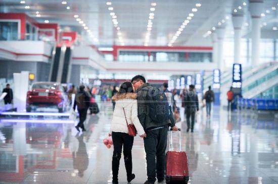 1月21日,贵阳北站,一对情侣吻别。2016年中国铁路春运将于1月24日开启,经相关部门会商预测,预计春运期间中国旅客发送量将达到29.1亿人次。