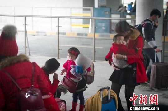 2016年春运即将启幕,贵阳直属站预计发送旅客340万人,同比增加97.6万人,增加40.2%。图为1月21日,贵阳北站旅客在候车。 贺俊怡 摄