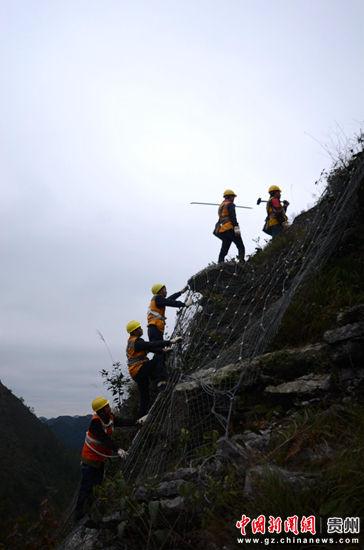 工作队大多在山高坡陡的地方进行工作 黎玉松 摄