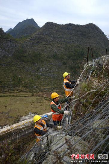 工作队正在检查危石锚固桩 黎玉松 摄