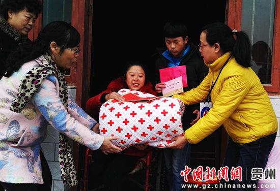贵州省红十字会为残疾人徐永碧一家送去慰问金及生活心需品。匡传益 摄