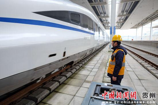 1月21日,给水吸污工作组长范名龙在等待从郑州东开往贵阳北的列车停靠,他的工作小组必须在20分钟内完成给水吸污作业。