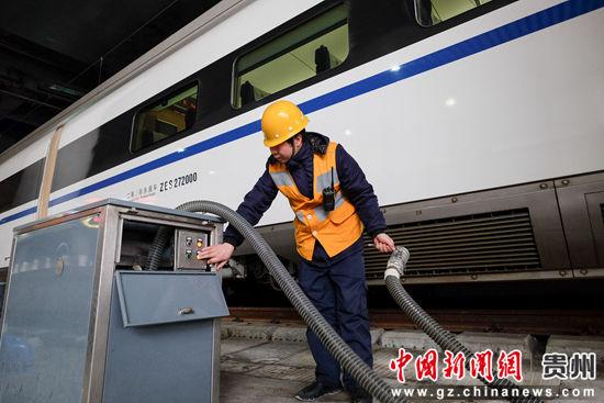 1月21日,范名龙在操作吸污设备,给水吸污作业必须严格按照流程进行。