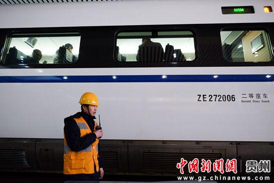 1月21日,组长范名龙在汇报作业完成情况,本次作业只用了15分钟,身后的G1534次列车旅客已上车,等待列车出站