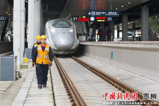 1月21日,5名给水吸污员完成作业离开铁道,本次作业只用了15分钟,他们每天要给38列车加满水、给10列车完成吸污作业。
