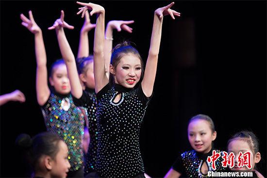 1月23日晚,贵阳拉丁舞爱好者在尽情舞蹈。 贺俊怡 摄