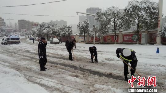 贵州习水县是兮兮降雪积雪最深的地区,当地公安、交警、公路管理等部门正在进行铲雪和撒盐措施。 习水交警支队供图 摄