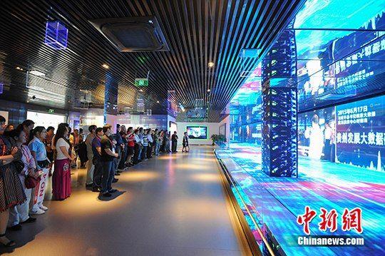海外嘉宾参访贵阳市大数据中心。 中新社发 贺俊怡 摄
