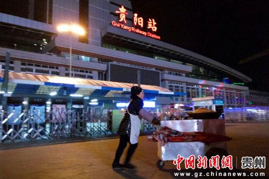 在火车站卖糯米饭的王箐 黄蕾瑾 摄