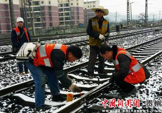 图为成都铁路局贵阳工务段全天24小时不间断的轮流值班确保线路安全畅通。