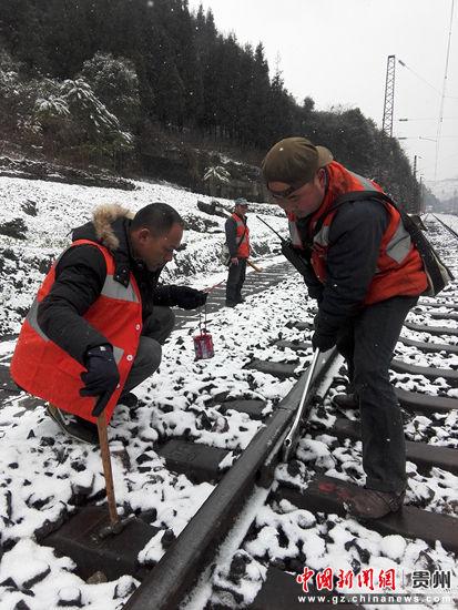 1月24日清晨,川黔线位于桐梓县境内的红花园线路工区正在对钢轨连接部分的螺栓进行检查和紧固,消除隐患。郑珍荣 摄