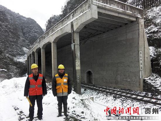 1月24日清晨,川黔咽喉娄山关隧道的守护神坚守岗位。郑珍荣 摄