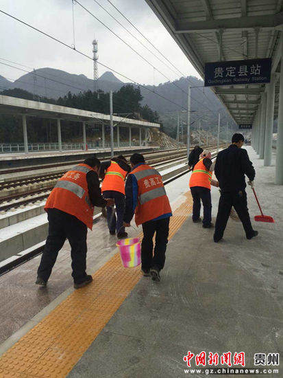 1月24日清晨,贵广客专线上贵定县站区正在打扫高铁站台上的积雪。郑珍荣 摄