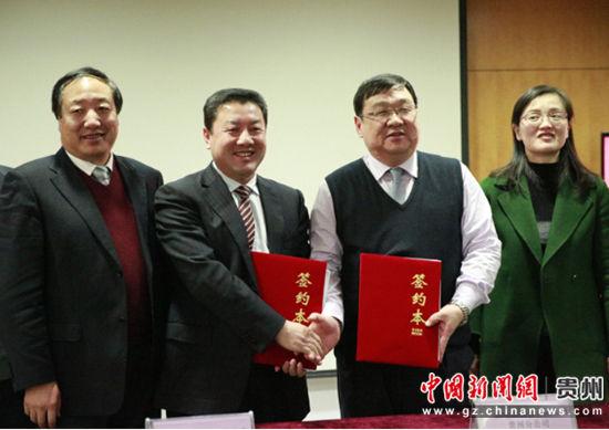 曹景军与上官亚非代表双方企业携手合作。