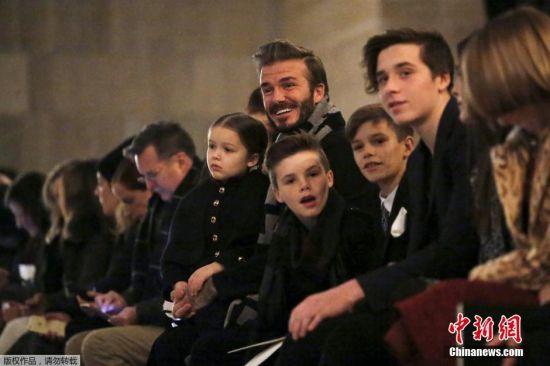 2月16日消息,纽约时装周上,作为设计师的维多利亚・贝克汉姆出席了秋冬季服装展,贝克汉姆带着爱女小七和三个同样帅气的儿子出席时装周力挺爱妻。