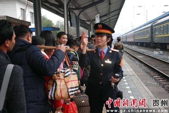 田春梅组织旅客有序排队。