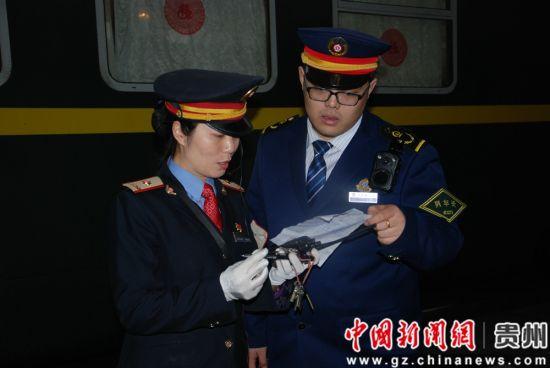 田春梅与列车长对接旅客信息。