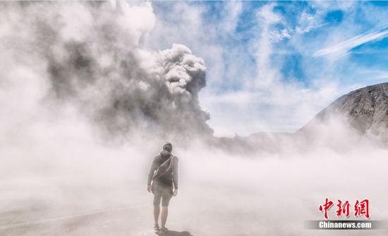 """2月18日消息,当地时间2016年2月,印度尼西亚婆罗摩火山,27岁的马来西亚摄影师Keow Wee Loong在当地挑战""""滑火山""""。他在2015年第一次来到婆罗摩火山后就提出了这个大胆的计划。"""