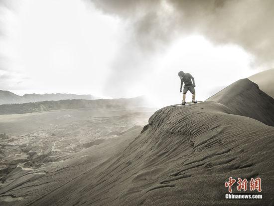 Keow准备从火山上滑下。