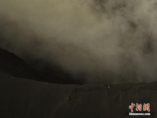 在巨大的火山背景下,Keow和他的伙伴显得很渺小。