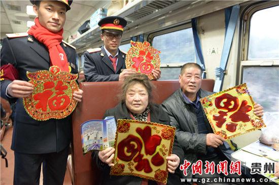 在列车上请旅客贴窗花。