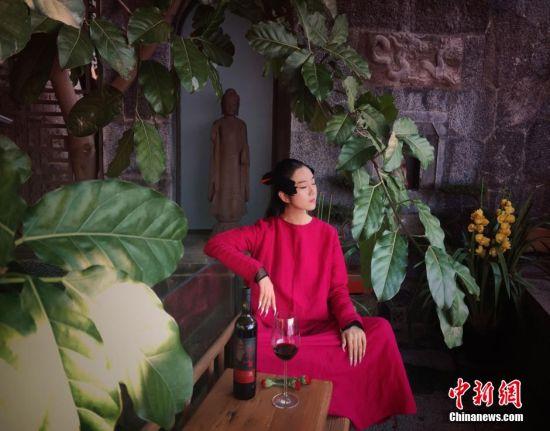 """2016年2月19日消息,猴年春节,著名舞蹈艺术家杨丽萍走下舞台回到大理洱源陪妈妈过年。在家中,杨丽萍变身家庭主妇,打扫、做饭、布置家装等事情。据了解,一向低调的杨丽萍极少向外界展示她平时在家中生活的一面,她的住所月亮宫""""也是首次曝光。图片来源:视觉中国"""