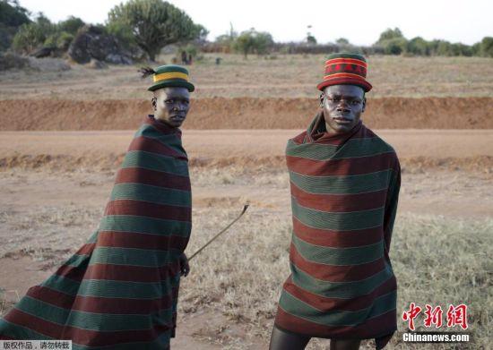 乌干达卡拉莫贾部落的男子穿着造型奇特的衣服,这里气候灼热,雨量稀少。