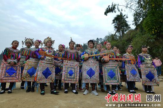 贵州省榕江县寨蒿镇寿洞村侗戏歌队唱琵琶歌。
