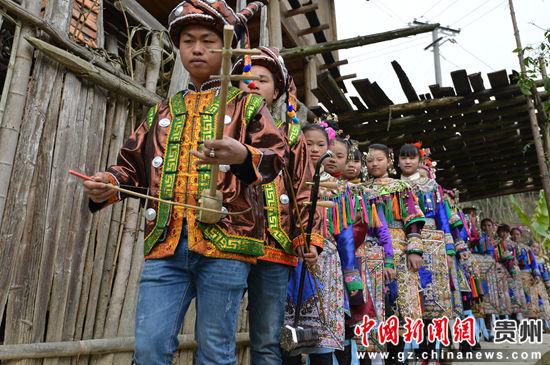 贵州省榕江县寨蒿镇寿洞村侗戏歌队串寨。