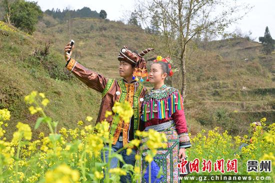 贵州省榕江县寨蒿镇寿洞村一对情侣在自拍。