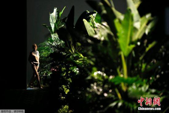 当地时间2月22日,2016/2017秋冬马德里时装周持续进行,模特林中展示Jorge Vazquez的时装作品。