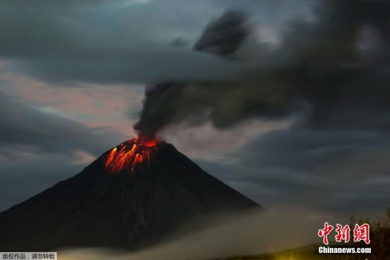 当地时间2016年2月27日,厄瓜多尔Huambalo,通古拉瓦火山喷发。