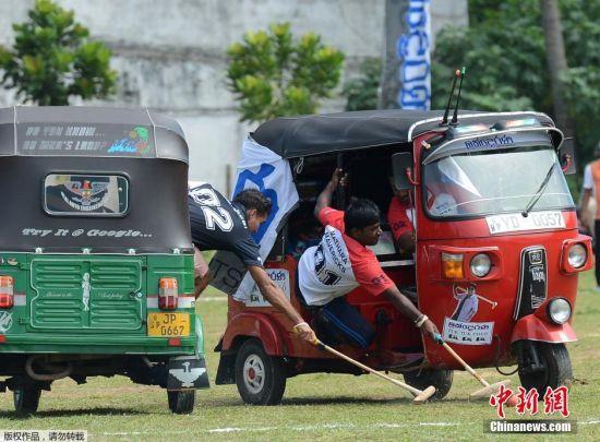"""当地时间2月20日,斯里兰卡加勒举办了一场别开生面的""""嘟嘟车""""马球锦标赛,吸引了众多高手前来一决雌雄。""""嘟嘟车""""是极具地方特色的出租三轮车,顾名思义""""嘟嘟车""""马球就是乘坐着""""嘟嘟车""""打马球。"""