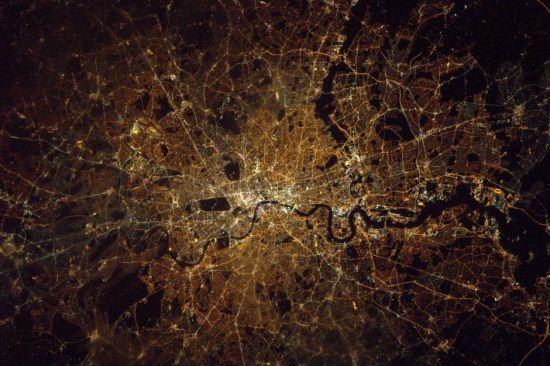 在国际空间站执行太空任务之余,各国宇航员们也会忙里偷闲,拍摄各种或壮观、或绚丽,亦或是梦幻的太空景色。日前,英国媒体展示了一组英国宇航员蒂姆?皮克(Tim Peake)从国际空间站发回的太空美景照片。