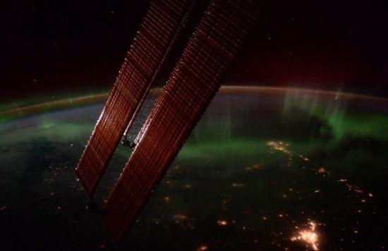 皮克和美国宇航员斯科特・凯利一起拍摄到的北极极光。图片来源:欧洲航天局 美国宇航局