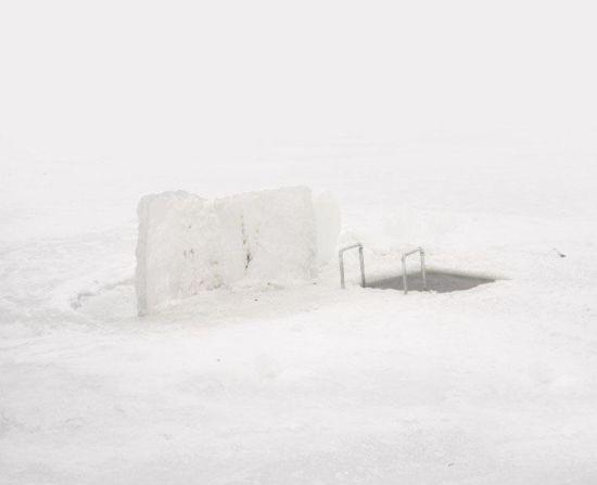 据国际在线转美国有线电视新闻网(CNN)2016年2月29日报道,哈萨克斯坦首都阿斯塔纳是世界上第二冷的城市,在这座城市冰冻的伊希姆河(Ishim)上,一些渔民正在全神贯注地垂钓。而与其他渔民不同的是,他们身上裹着塑料袋,以抵御凛冽刺骨的寒风。图片来源:国际在线