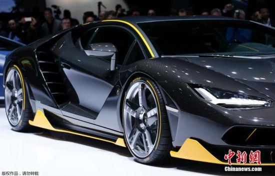"""3月3日消息,一年一度的日内瓦车展代表了欧洲汽车工业的最新潮流,也被誉为汽车领域""""风向标""""。在本次车展首发的近百款新车中,各类新能源汽车备受瞩目。各大厂商推出的以混合动力、电动车为代表的传统新能源车获得长足发展。图为新款兰博基尼Centenario车型亮相。"""