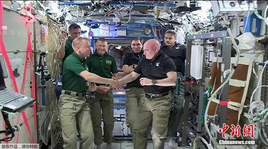 2月29日,斯科特・凯利与空间站同伴Tim Kopra握手告别。