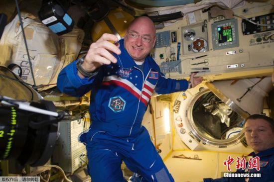 斯科特・凯利在空间站内工作。
