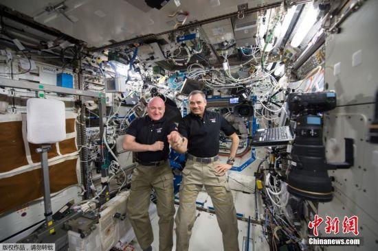 1月21日,斯科特・凯利(左)与米哈伊尔・科尔尼延科(右)在空间站内庆祝他们停留太空第300天。