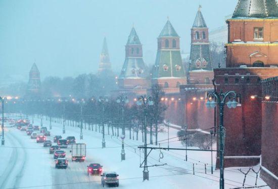 3月4日消息,进入3月,气温刚刚转暖的莫斯科迎来一场强降雪。当地时间1日晚,大雪席卷全城。当夜降雪量高达26毫米,超过莫斯科月均降雪量的70%。莫斯科副市长比留科夫表示,这场降雪是1936年以来莫斯科遇到的最大暴雪。
