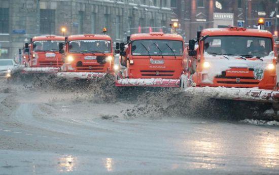 据莫斯科市政府网站消息,截至3日清晨,莫斯科市总计清除积雪400万立方米,先后出动23.5万车次的除雪车上街作业。目前,除雪作业仍在继续。