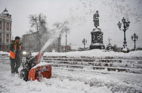 为应对此次强降雪,莫斯科市环卫工人进入紧急状态。在降雪最密集时刻,莫斯科街头有约6万多名环卫工人和超过1.5万辆除雪车共同清理道路。
