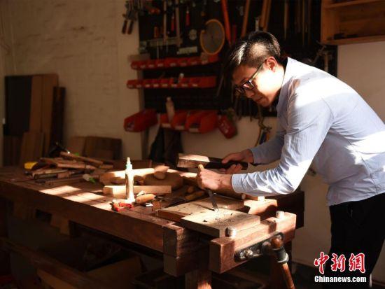 从2015年至今,两人已制作出60余种木头标本,并在木头标本上制作了相对应的木头名称,不仅便于识别,也可作为印章使用。 周毅 摄