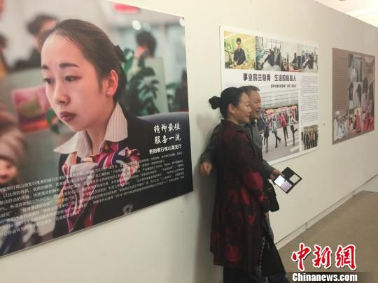 市民在女职工摄影展驻足拍照 刘鹏 摄