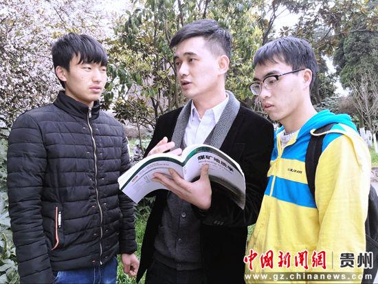 图为廖名扬博士下课后给学生做指导。杨云 摄