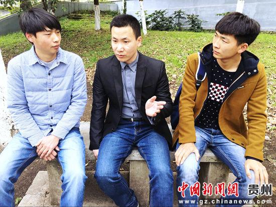 图为崔波博士在校园里与学生交流学习心得。杨云 摄