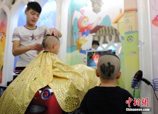 发型师为宝宝设计的花式发型。 张瑶 摄