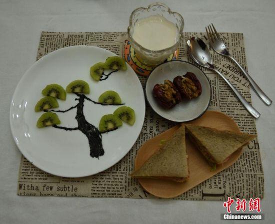 王婧为女儿制作的爱心早餐。 受访者供图